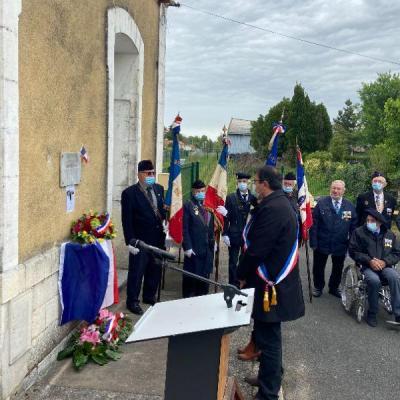 Recueil des élus devant la plaque commémorative