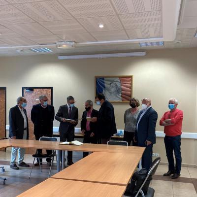 Monsieur le Consul entouré des élus et les membres de la communauté portugaise de la commune